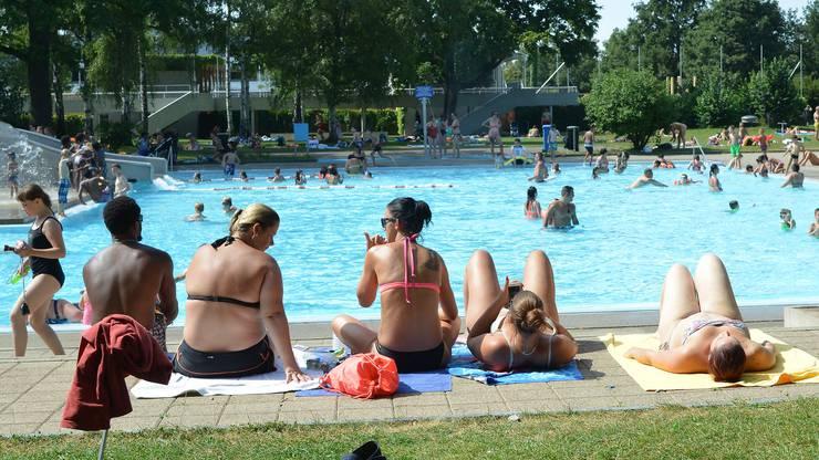 Trotz mehrerer Hitzesommer waren die Basler Badis nie mehr so voll wie 2003. Das hat auch mit der Beliebtheit des Rheins zu tun.