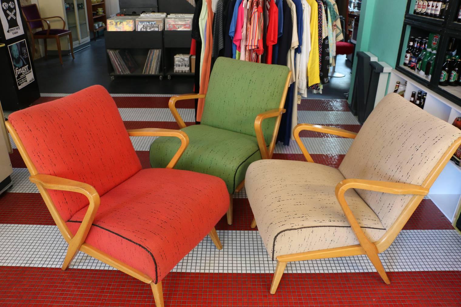 Am Samstag werden über zweihundert Vintage-Stühle verkauft. Weitere Sessel und Stühle findest du in der Galerie. (Bild: FM1Today/NinaMüller)