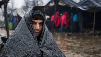 Warten in Morast und Kälte: Die bis zu 750 Migranten und Flüchtlinge im provisorischen Lager Vučjak unweit der nordwestbosnischen Stadt Bihać nahe der EU-Aussengrenze von Kroatien werden nun bei Sarajevo überwintern.