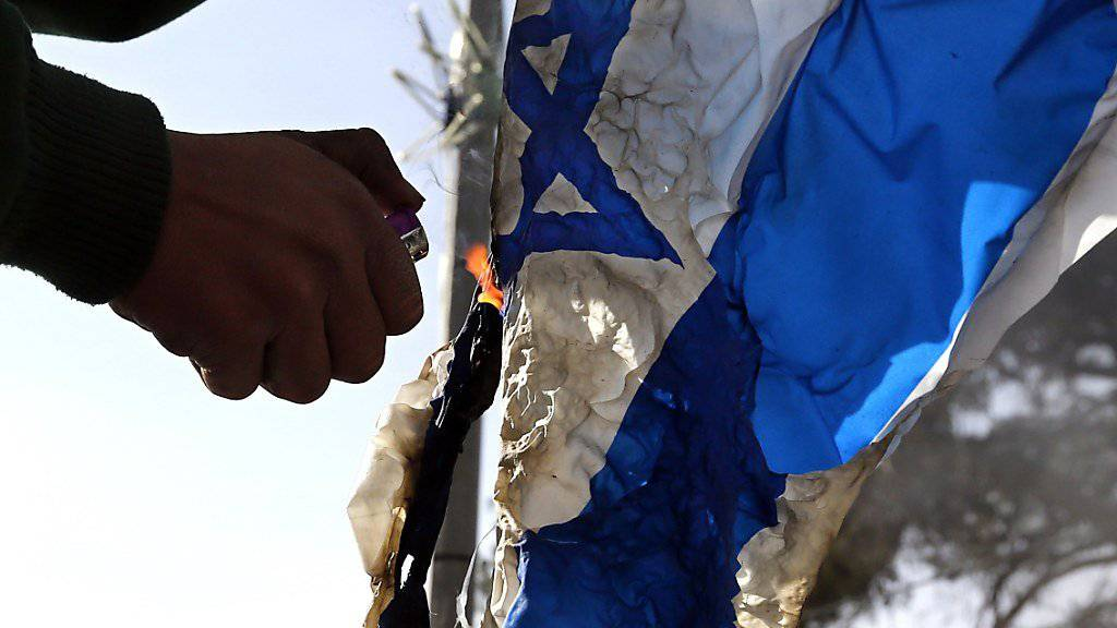 Bei Protesten vor der US-Botschaft in Berlin verbrannten Demonstranten israelische Flaggen. (Symbolbild)