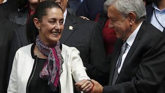 Die erste gewählte Bürgermeisterin von Mexiko-Stadt, Claudia Sheinbaum, freut sich gemeinsam mit dem mexikanischen Präsidenten Manuel López Obrador über ihren Amtsantritt.