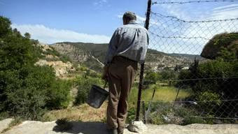 Ein Palästinenser schaut in der Nähe von Battir auf sein Feld