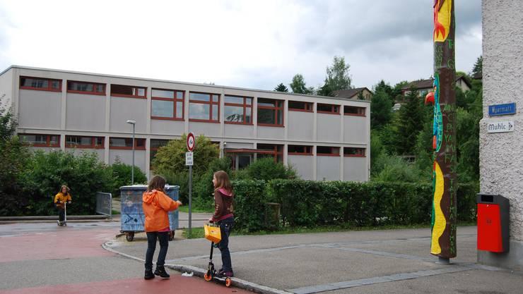 Schule Kaisten: Der Schulhauspavillon (links) hätte zum modernen Oberstufenschulhaus ausgebaut werden sollen. (sh)