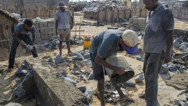 Männer bauen in Sri Lanka Häuser - mit Unterstützung der DEZA