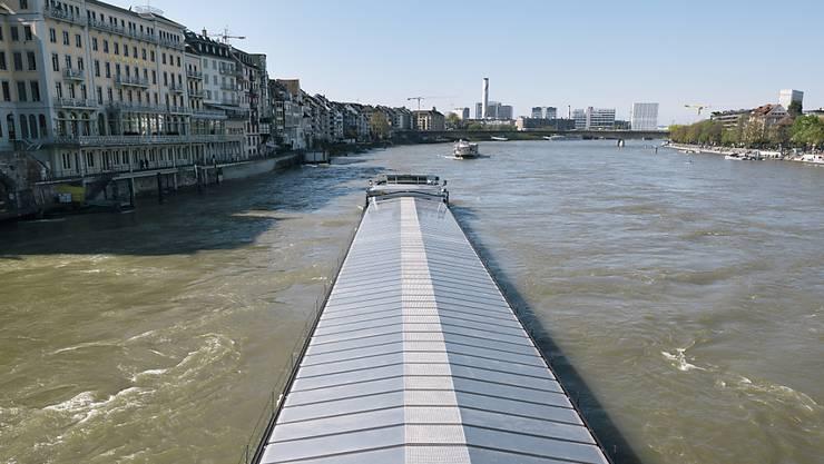"""Von Gefahrguttransporten auf dem Rhein in Basel geht ein """"nicht akzeptables Umweltrisiko"""" aus. Schiene und Strasse sind aber keine Alternative. (Archivbild)"""