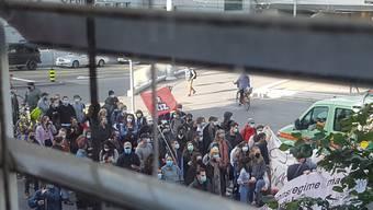 Solidarität vor dem Fenster: Der 27-jährige Asylsuchende sah die Demonstranten von seinem Zimmer aus. Bild: zvg