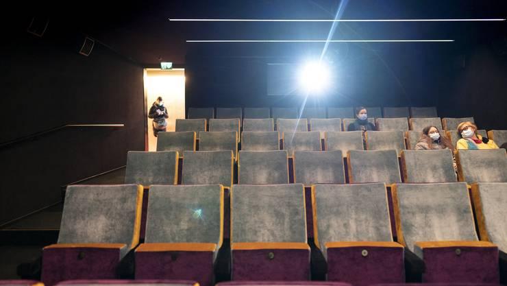 Noch offen: Zuschauer setzen sich in den Reihen des Houdini in Zürich.