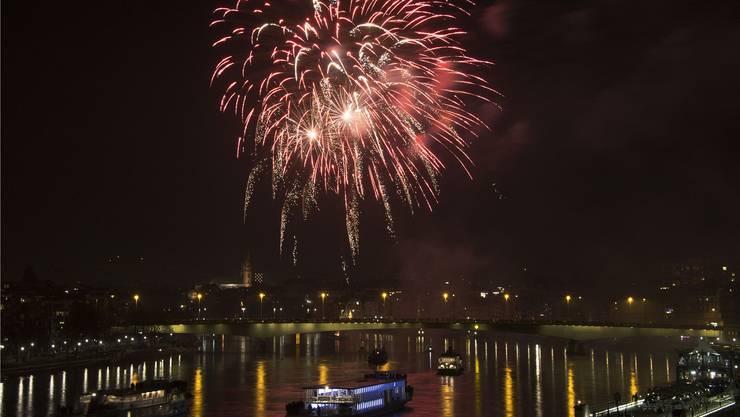 Nach Mitternacht wird das Feuerwerk über dem Rhein gezündet.