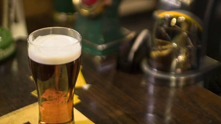Eine Bar in Olten hat am Dienstagabend gemeldet, dass ein Gast positiv auf das Corona-Virus getestet worden ist. (Symbolbild)