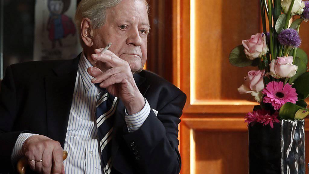 Der Gesundheitszustand des deutschen Altkanzlers Helmut Schmidt hat sich nach Angaben aus seinem Umfeld stark verschlechtert. Dem 96-Jährigen gehe es sehr schlecht, hiess es. (Archivbild)