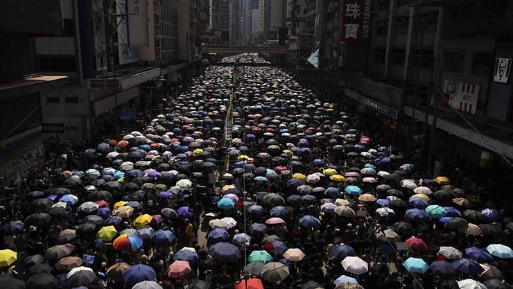 Zehntausend Regierungskritiker sind am Sonntag in Hongkong auf die Strasse gegangen - trotz des Verbots einer Grossdemonstration.