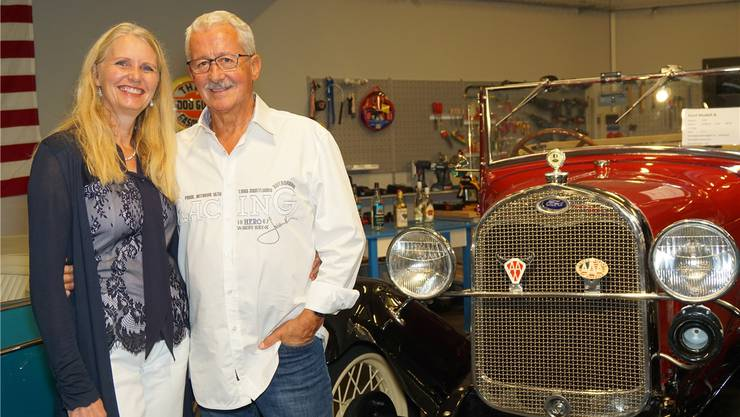 Mit einem roten Ford Modell A, Baujahr 1929, sind Rita und Ernst Brunner bei ihrer Hochzeit vorgefahren.