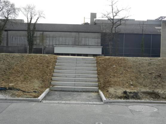 Treppenaufgang zum Spazierweg auf dem Damm entlang der Emme