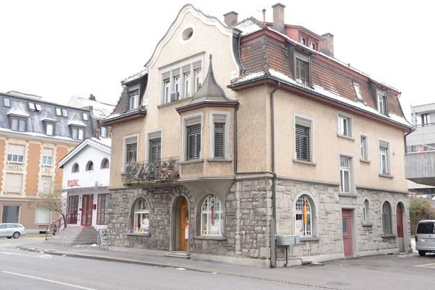 1909 liess Biscuit-Fabrikant Ernst Schnebli das Haus für sich und seine Familie an der Haselstrasse bauen. Jetzt wird es abgebrochen, um Platz zu schaffen für die Baustellenzufahrt des Postareals.