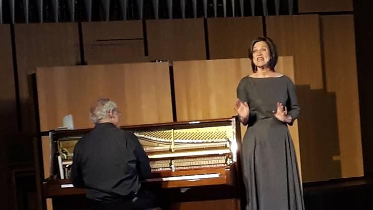 Christine Lather, Schauspielerin und Sängerin und Felix Huber, Komponist und Klavierspieler erzählen Silja Walters Leben.