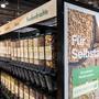 Selber abfüllen statt vorverpackte Waren kaufen: Was es andernorts schon länger gibt, will die Migros nun auch einführen.