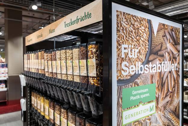 Die künftigen Filialen - hier der eben eröffnete neue Migros-Laden in Baden - enthalten Selbstabfüll-Anlagen, um Verpackung zu vermeiden.