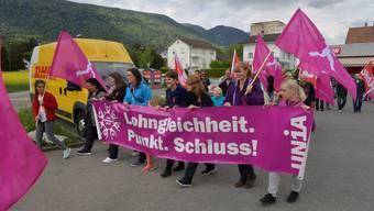 Rund 50 Genossinnen und Genossen marschierten von Grenchen nach Lengnau zur grenzüberschreitenden 1.-Mai-Feier.