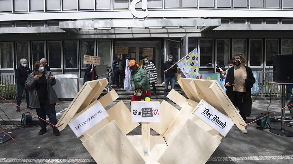 Das gemeinsame Haus von «Berner Zeitung» und «Bund» fällt auseinander - in der Mitte erscheint eine Tafel mit der Aufschrift «Keine halben Sachen!»