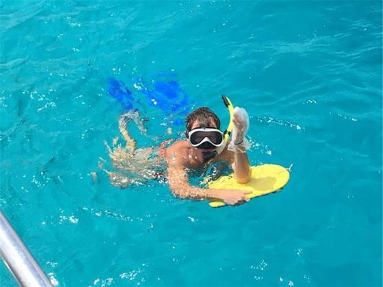 Köbi Brem trotz seiner Verletzung im Wasser - aber nicht ohne die Wunde zu schützen.