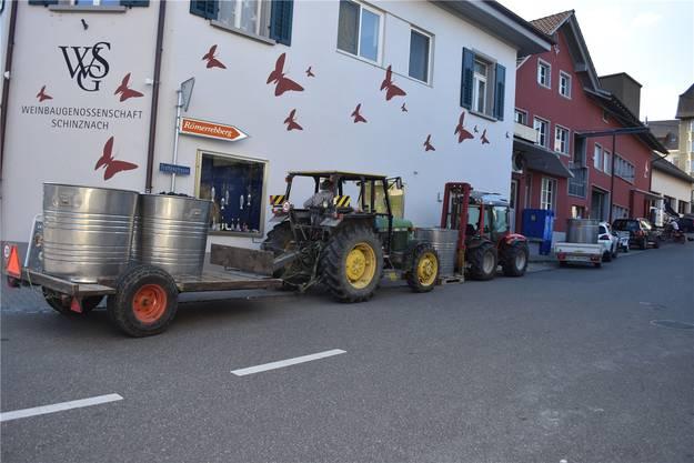 Die Weinbauern reihen sich ein in die Schlange vor dem Hauptgebäude der Weinbaugenossenschaft Schinznach, wo sie ihre Trauben abgeben können.