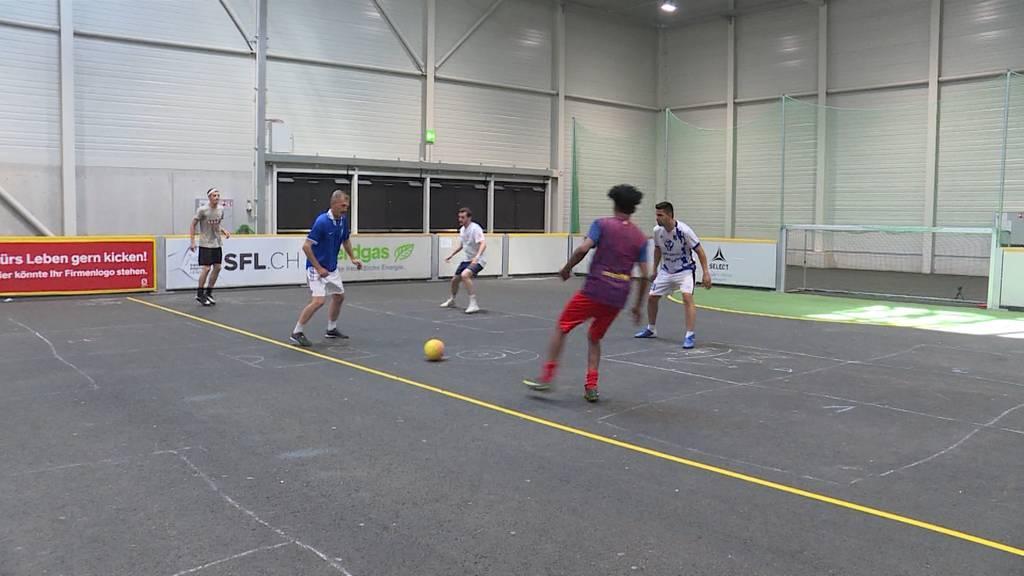 Strassenfussballer trainieren in Huttwil für den Homeless World Cup