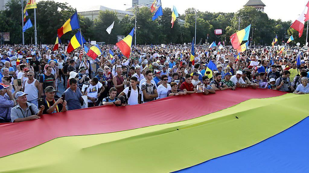Zehntausende Menschen haben am Samstagabend in Bukarest die «Inkompetenz und Korruption» der Regierung angeprangert.