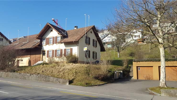 Hier, wo heute ein altes Bauernhaus steht, kommt ein Mehrfamilienhaus mit 10 Wohnungen zu stehen, auf der Wiese dahinter entstehen drei kleinere Häuser. Nadja Rohner
