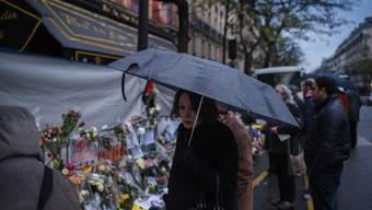 Trauernde vor dem Bataclan.