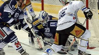 Ambris Goalie Sandro Zurkirchen verteidigt seinen Kasten.