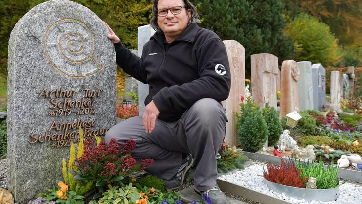 Daniel Poffa vor einem Grabstein, der bei Generationen von Schönenwerder Schülern Erinnerungen wachruft.