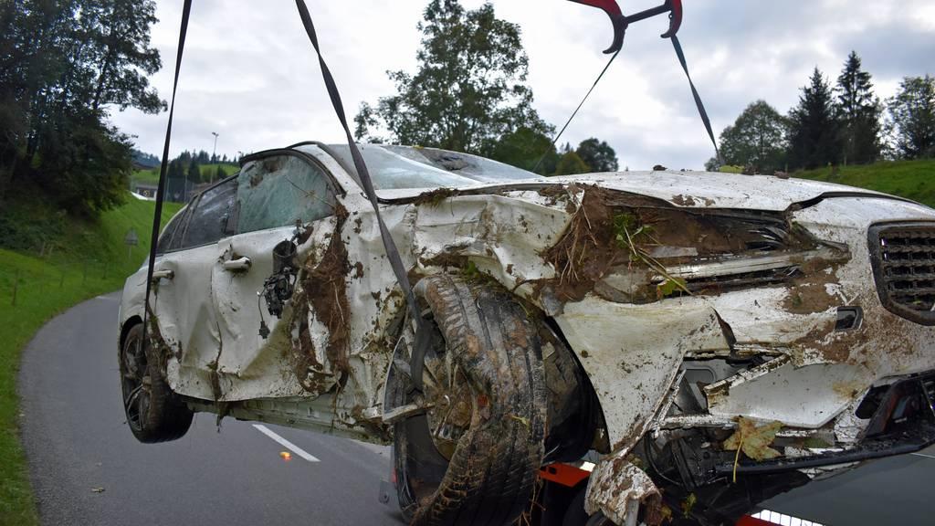 Autofahrt endet im Bachbett – hoher Sachschaden