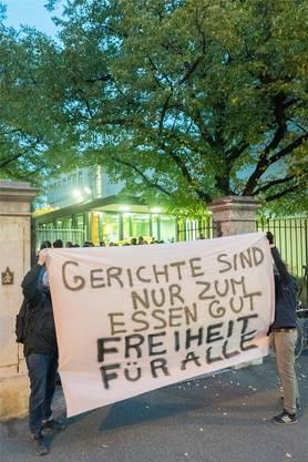 Vor dem Eingang zum Basler Strafgericht demonstrierten Sympathisanten am Morgen Solidarität mit den Angeklagten.