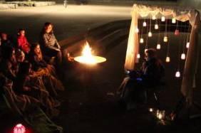 Vorhang aus Jogurtgläser mit glanzvollem Kerzenlicht