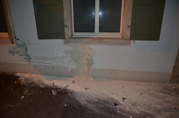 Der Lenker kam von der Strasse ab und prallte frontal in diese Hausfassade