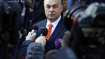 Gefragter Mann: Ungarns Premierminister Viktor Orban spricht vor einem Wahllokal in Budapest mit Medienvertretern. Sollte sich Orban bei der Parlamentswahl durchsetzen, wäre es seine dritte Amtszeit in Folge.