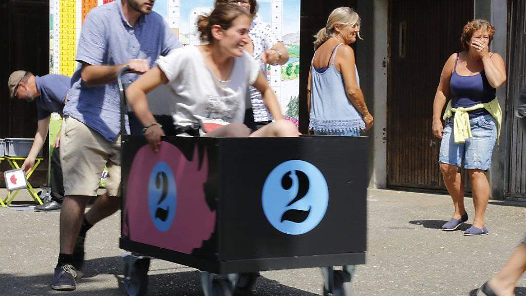Beim Spiel «Eile mit Schweinen» müssen die Teilnehmer zwischen Posten und Spielbrett hin und her eilen und Fragen zu Schweinen beantworten.