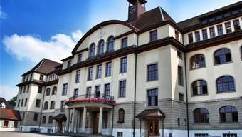 Der Lehrer unterrichtete bis November 2006 an der Bezirksschule Aarau. Die Beschuldigte war seine Schülerin.