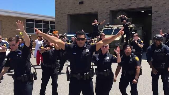Polizisten tanzen und singen «Uptown Funk»