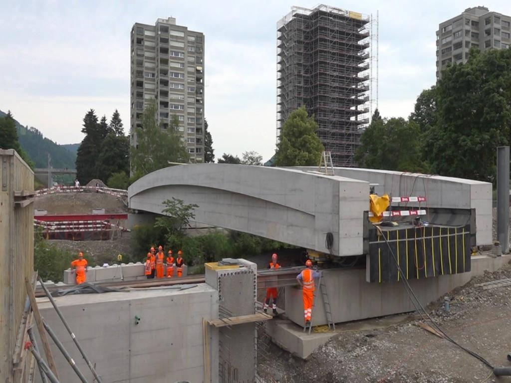 Am Montag wurde die neue Thurbrücke 15 Meter weit an ihren neuen Platz verschoben. (© TVO)
