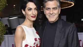 Amal und George Clooney sind am Dienstagmorgen in London Eltern der Zwillinge Ella und Alexander geworden. Babys und Mutter sind wohlauf und glücklich. Vater George hingegen sei noch sehr mitgenommen von dem Ereignis und benötige ein paar Tage Ruhe, meldete der Sprecher des Paars. (Archivbild)