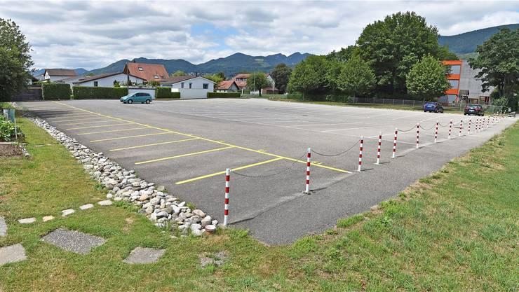 Neue Mietparkplätze (hier gelb markiert) zieren das Bild hinter dem Schulhaus.