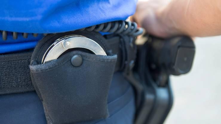Polizisten beschlagnahmten beim Wohnort des 63-jährigen mutmasslichen Dealers Drogen im Wert von 84'000 Franken. (Symbolbild)