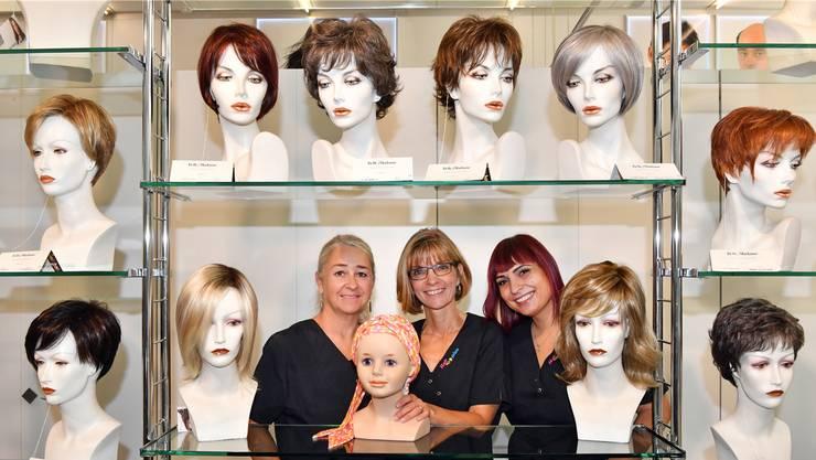 Cordula Berger (M.) und die beiden Mitarbeiterinnen Carmen Probst (l.) und Rosanna Pagnotta (r.) kennen sich mit Haarteilen und Perücken aller Art aus.