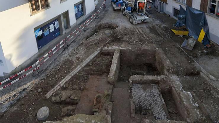 Diese Grundmauern eines öffentlichen Badehauses sind bei Bauarbeiten in der Stadt Zofingen AG freigelegt worden. Erst fünf solche Bäder sind in der Schweiz untersucht worden.
