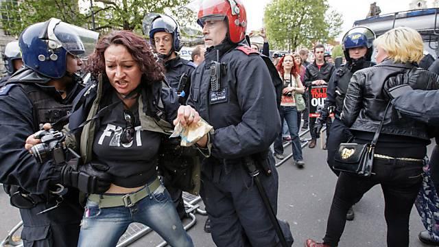 Polizeieinsatz vor der Downing Street 10 nach Protest gegen Cameron