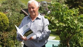 Alban Burkhardt ist als Hauptautor zufrieden mit der druckfrischen Broschüre «Mönthal – Geschichte und Geschichten». CM