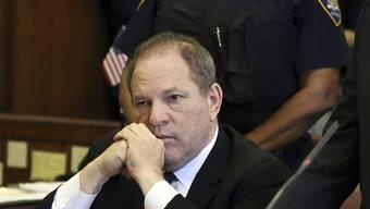 Harvey Weinstein bei einem Gerichtstermin im Juli. Ein Gericht in New York hat eine weitere Klage gegen den Filmmogul zugelassen. (Archivbild)