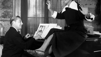 Arthur Beul und seine erste Ehefrau, die damals weltberühmte deutsche Sängerin Lale Andersen, geben 1953«In unserem Garten blühen Rosen» zum Besten. KEYSTONE