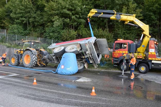 Oensingen SO, 20. September: Der Tankanhänger eines Traktors kippte beim Abbiegen um. Der Anhänger wurde mit Hilfe eines Hebekrans geborgen und abgeschleppt. Verletzt wurde niemand.
